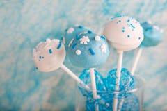 O bolo de casamento estala em branco e brandamente no azul. Imagens de Stock