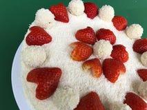 O bolo de casamento Raffaello da união do aniversário do dia de Valentim com coração deu forma ao coco secado morangos da torta d fotografia de stock