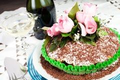O bolo de chocolate com aumentou Fotografia de Stock Royalty Free