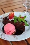 O bolo de chocolate com decora fotografia de stock royalty free