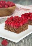 O bolo de chocolate com porcas e a framboesa jelly o enchimento Foto de Stock
