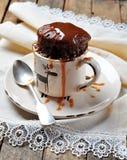 O bolo de chocolate cozinhou em um copo na micro-ondas por 2 minutos Estilo rústico Foco seletivo Imagem de Stock Royalty Free