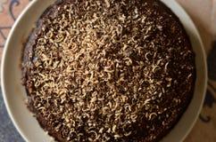 O bolo de chocolate fresco na placa branca disparou de cima de imagens de stock