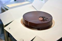 O bolo de chocolate gourmet escuro fotografia de stock