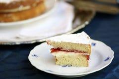 O bolo de esponja com o marmelade na antiguidade meissen a placa imagem de stock royalty free