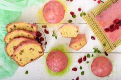 O bolo de frutas festivo macio com as passas e os arandos secados, decorados com crosta de gelo do açúcar cortou por partes em um Imagem de Stock