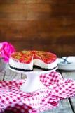 O bolo de queijo da morango com cookies de manteiga crust, coberto com gelatina Fotografia de Stock Royalty Free