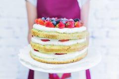 O bolo de Whoopie na placa com bagas frescas, ` s das mulheres entrega guardar Fotografia de Stock Royalty Free