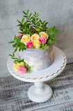 30o bolo do aniversário com as rosas no suporte do bolo Foto de Stock