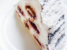o bolo do cereja-chocolate coloca em uma placa branca Foto de Stock