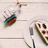 o bolo do cereja-chocolate coloca em uma placa branca em um fundo branco Fotografia de Stock