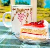 O bolo do creme da morango representa a ruptura e as sobremesas de chá imagem de stock