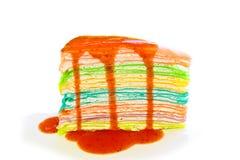 O bolo do crepe derrama com molho da morango Fotografia de Stock
