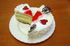 O bolo do dia do Valentim com corações vermelhos da geléia cutted Imagens de Stock