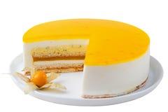 O bolo do fruto de paixão, sobremesa da musse isolou o branco foto de stock