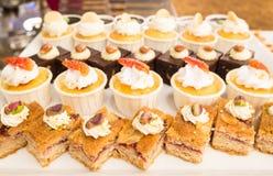 O bolo do mirtilo da sobremesa, a galdéria do limão e o copo endurecem para o partido Fotografia de Stock
