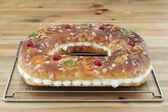 O bolo do rei fez à mão no forno, colocado na cremalheira do forno fotos de stock