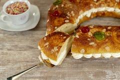 O bolo do rei fez à mão no forno, em uma base de madeira acolhedor foto de stock