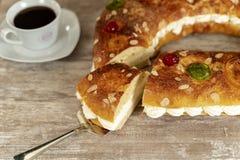 O bolo do rei fez à mão no forno, em uma base de madeira acolhedor imagem de stock royalty free