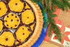 O bolo do ` s do ano novo com laranjas e o abeto ramificam Fotografia de Stock