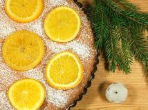 O bolo do ` s do ano novo com laranjas e o abeto ramificam Imagem de Stock