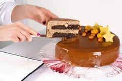 O bolo dos cortes do pasteleiro Fotografia de Stock