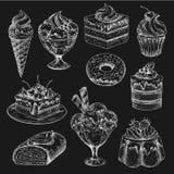 O bolo e o gelado riscam o esboço no quadro-negro ilustração royalty free