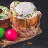 O bolo e os ovos da páscoa da Páscoa, feriado tradicional atribuem a Páscoa feliz! Fundo do alimento Fundo escuro alto imagens de stock