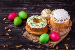 O bolo e os ovos da páscoa da Páscoa, feriado tradicional atribuem a Páscoa feliz! Fundo do alimento Fundo escuro alto imagem de stock royalty free