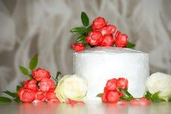 O bolo em uma tabela Foto de Stock Royalty Free