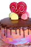 O bolo está em uma bandeja Fotos de Stock