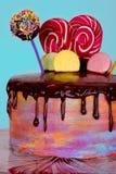 O bolo está em uma bandeja Imagem de Stock