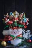 O bolo estala com a decoração do Natal na cesta Foto de Stock Royalty Free