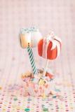 O bolo estala como um presente com uma vela Fotografia de Stock Royalty Free