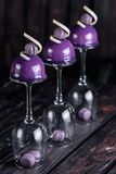 O bolo francês da musse do mirtilo serviu em vidros de vinho invertidos no fundo de madeira Fotos de Stock