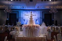 O bolo grande foi arranjado belamente para um banquete de casamento t imagens de stock