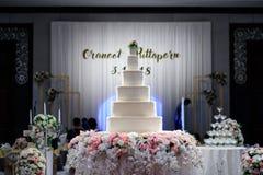 o bolo grande foi arranjado belamente para um casamento imagem de stock