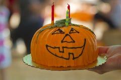 O bolo louco da abóbora com velas imagens de stock royalty free