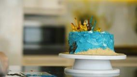 O bolo no estilo marinho está no close up da tabela video estoque