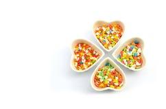 O bolo polvilha no isolado do copo do coração no fundo branco Fotografia de Stock Royalty Free