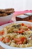 O bolo, a salada e a casa de chocolate fizeram cookies Imagem de Stock