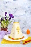 O bolo tradicional da Páscoa do coalho com frutos cristalizados e mola floresce o açafrão no fundo da luz do feriado Fotos de Stock Royalty Free