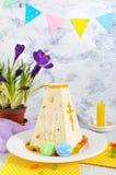 O bolo tradicional da Páscoa do coalho com frutos cristalizados e mola floresce o açafrão no fundo da luz do feriado Imagem de Stock
