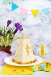 O bolo tradicional da Páscoa do coalho com frutos cristalizados e mola floresce o açafrão no fundo da luz do feriado Requeijão da Imagens de Stock Royalty Free
