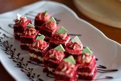 O bolo vermelho de veludo fotos de stock