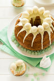 O bolo vitrificado da Páscoa decorou ovos de doces Fotografia de Stock