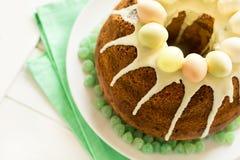 O bolo vitrificado da Páscoa decorou ovos de doces Foto de Stock