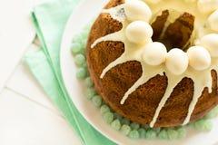 O bolo vitrificado da Páscoa decorou ovos de doces Fotos de Stock
