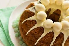 O bolo vitrificado da Páscoa decorou ovos de doces Fotos de Stock Royalty Free