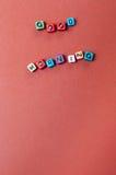 O bom dia das palavras soletrou para fora nos grânulos no fundo marrom Imagens de Stock Royalty Free